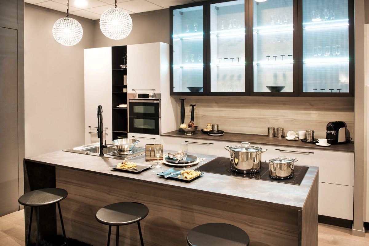 neutral-fitted-kitchen-with-island-and-bar-stools-3LPVGX5.jpg